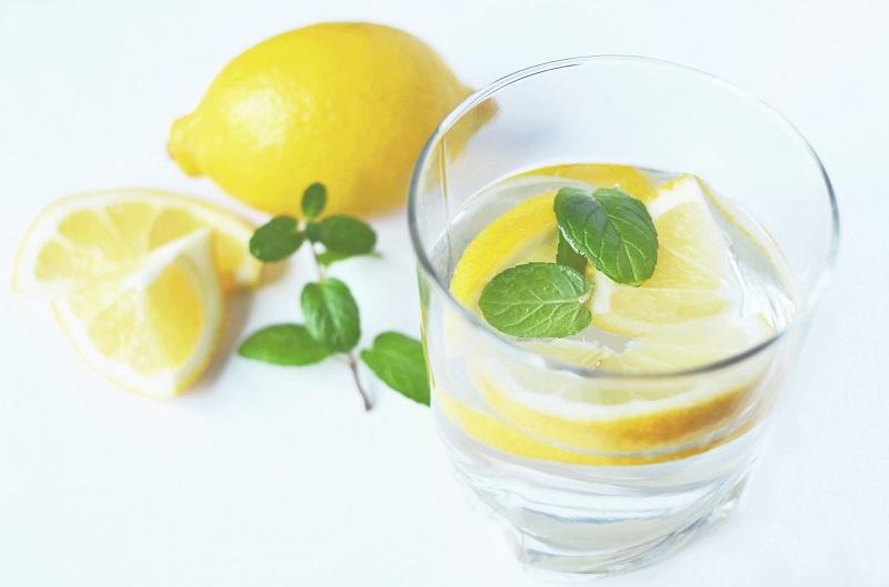 Домашние средства от запора: Лимонная вода